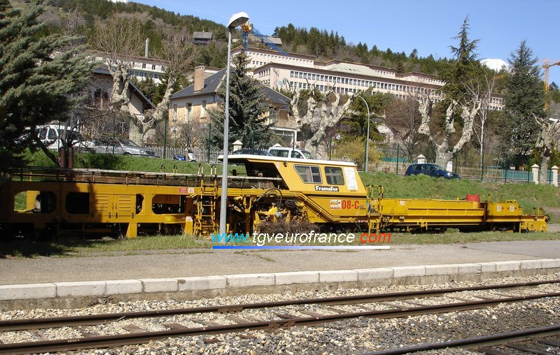 Une bourreuse 08-32 C Framafer en gare d'Embrun