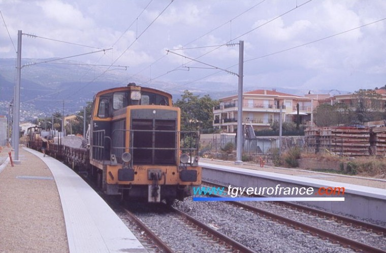 A civil engineering train in the station of Mouans-Sartoux
