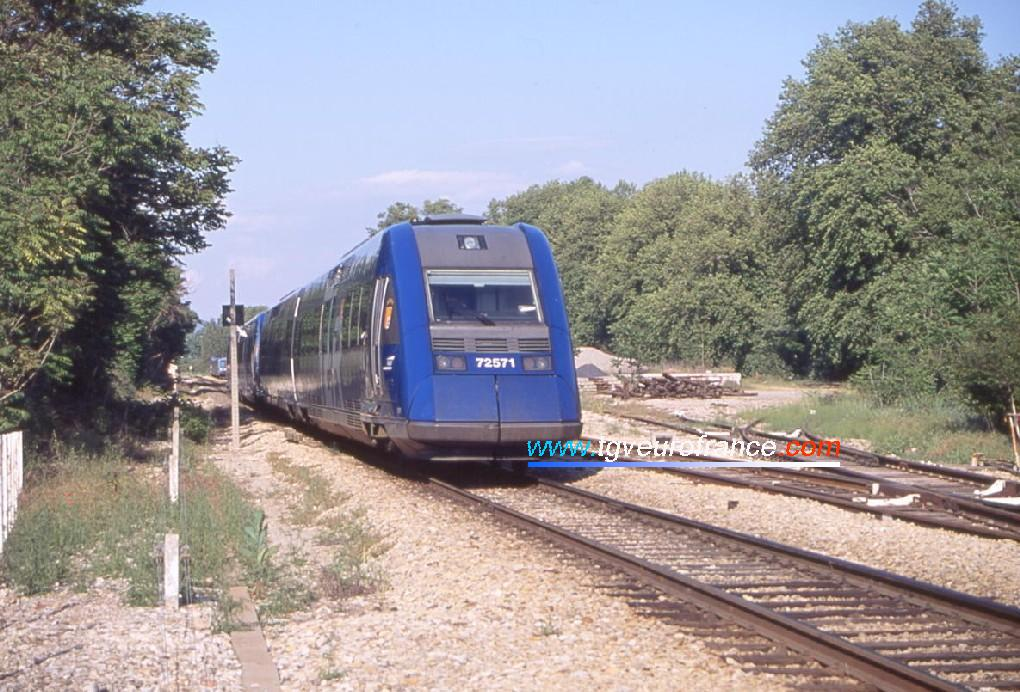 Two XTER DMU railcars reaching the Meyrargues station