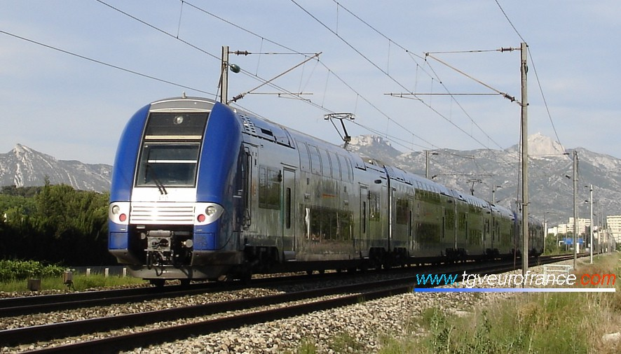 A TER 2N NG 4-car trainset in Provence coupled with a TER 2N railcar heading for the Aubagne station