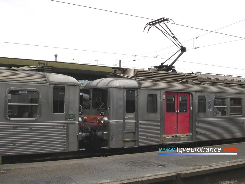 The Z 5302 and Z 5311 electric multiple units (two Z 5300 trains made of stainless steel)