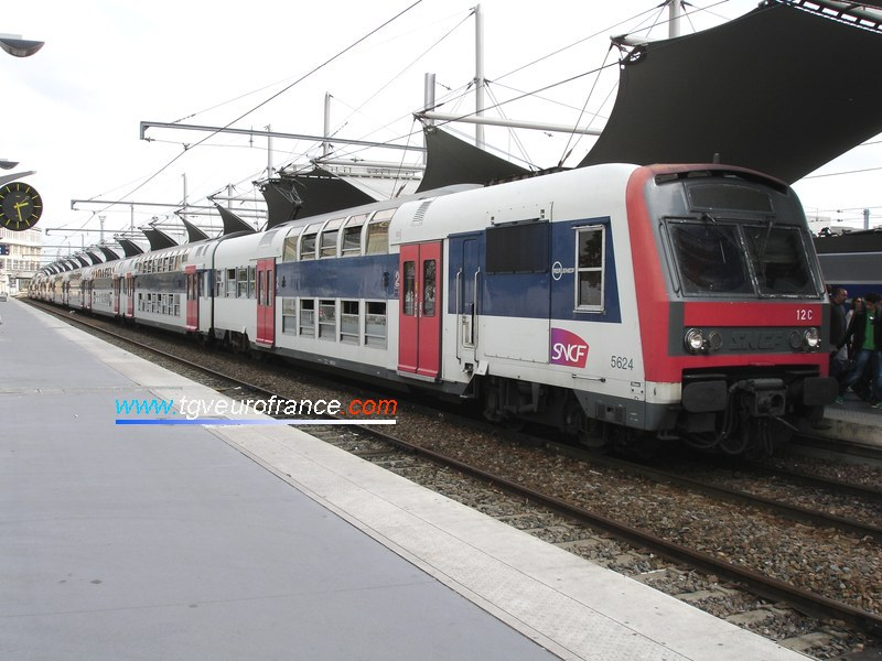 A Z 5600 electric trainset arriving at the Paris - Gare de Lyon station